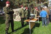 Krašto apsaugos kariai demonstruoja ginkluotę