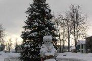 Kalėdinė eglutė ir senis šaltis Utenio aikštėje