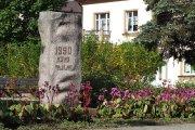Paminklinė skulptūra Utenio aikštėje Lietuvos nepriklausomybės atkūrimo datai pažymėti