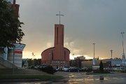 Prie Dievo Apvaizdos bažnyčios po lietaus